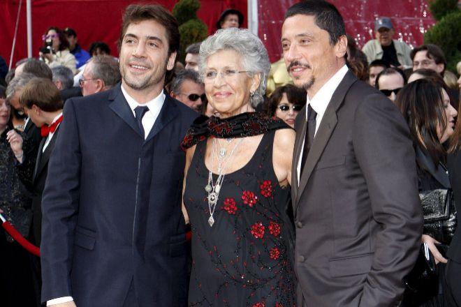 Imagen de archivo del actor español Javier Bardem (I), su madre, Pilar Bardem (C) y su hermano Carlos (D).