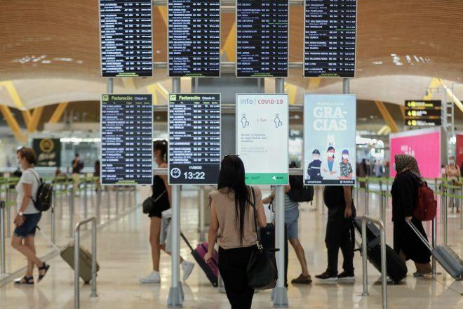 Pasajeros en la terminal T4 del aeropuerto Adolfo Suárez Madrid- Barajas.