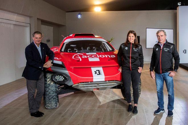 José Manuel Entrecanales, presidente de Acciona, junto a Laia Sanz y Carlos Sáinz, pilotos con los que participa la empresa en Extreme E, el campeonato de todoterrenos sostenibles.