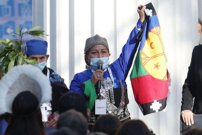 Elisa Loncón, una lingüista mapuche, es la presidenta de la convención constituyente.