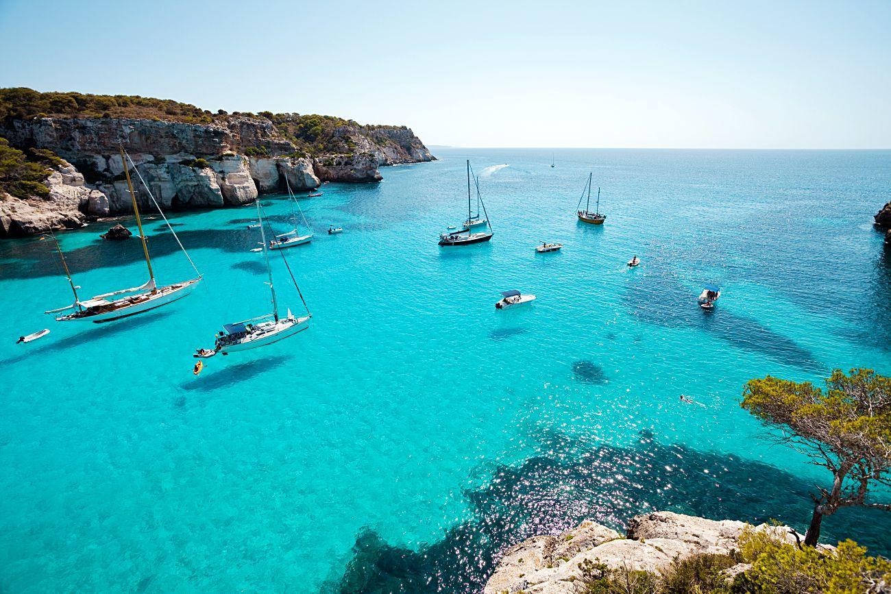 Cala Macarella en Menorca, la isla donde más ha crecido la demanda de alquiler de barcos.