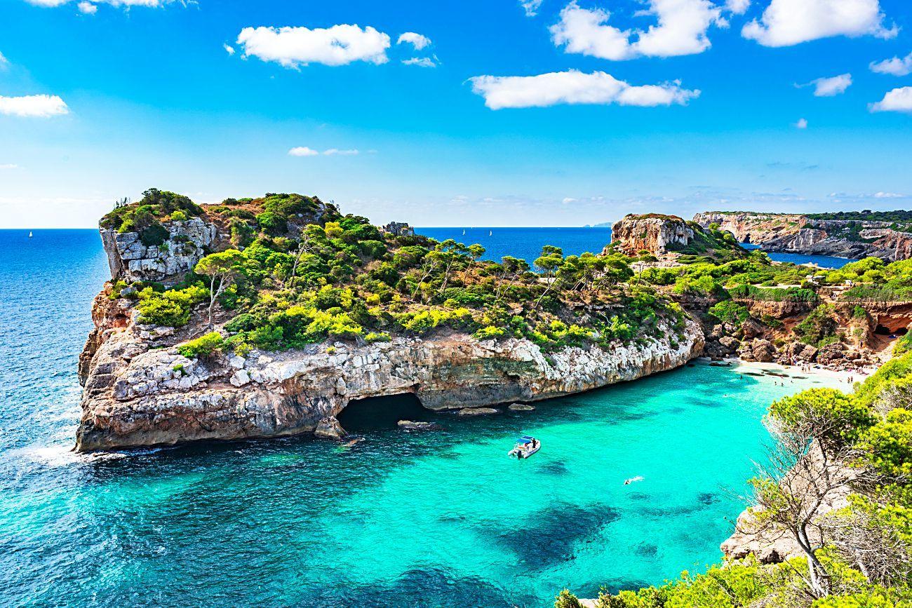 Cala del Moro en Mallorca, Otro de los destinos náuticos mñas demandados de España.