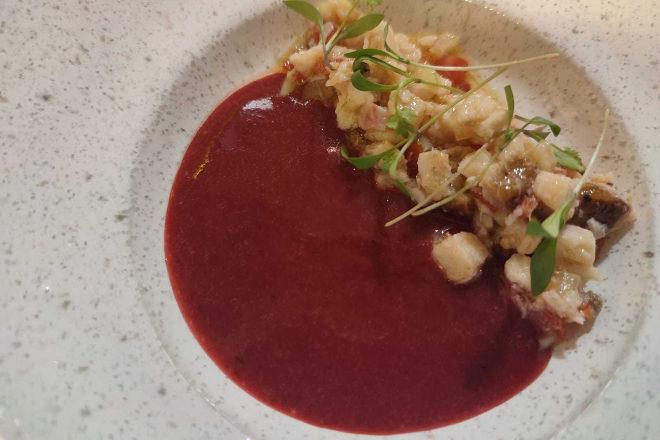 Este Gazpacho de frutos rojos se acompaña con pipirrana de esturión