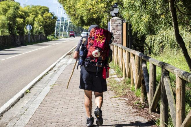Peregrino recorriendo a pie una de las etapas del Camino de Santiago.