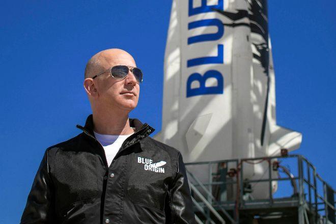 Jeff Bezos, fundador de Amazon y Blue Origin, en las instalaciones de lanzamiento de New Shepard en el oeste de Texas.