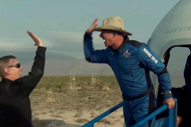 Jeff Bezos baja de la nave tras completar ayer un viaje por el espacio.