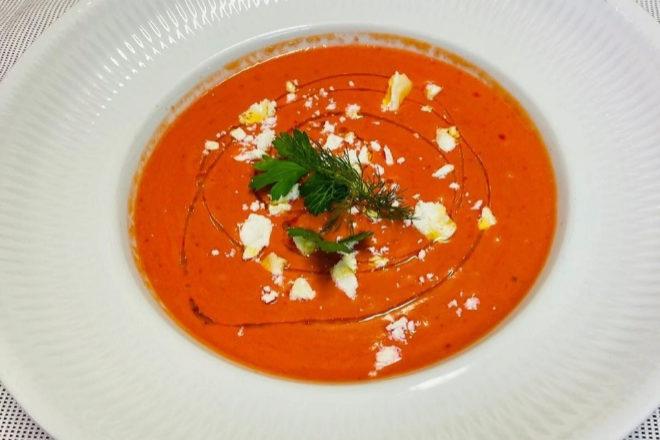 Este Gazpacho de remolacha se sirve con yogur griego y queso de cabra.