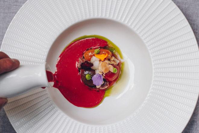 El gazpacho de sandía, tomate y remolacha de José de Dios, de La Bien Aparecida, funciona como sopa fría para salsear ensaladas.