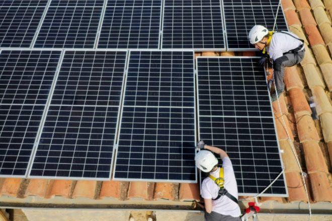 Empleados de la cooperativa valenciana Xicoteta Energia, dedicada a ingeniería, instalación y eficiencia energética.