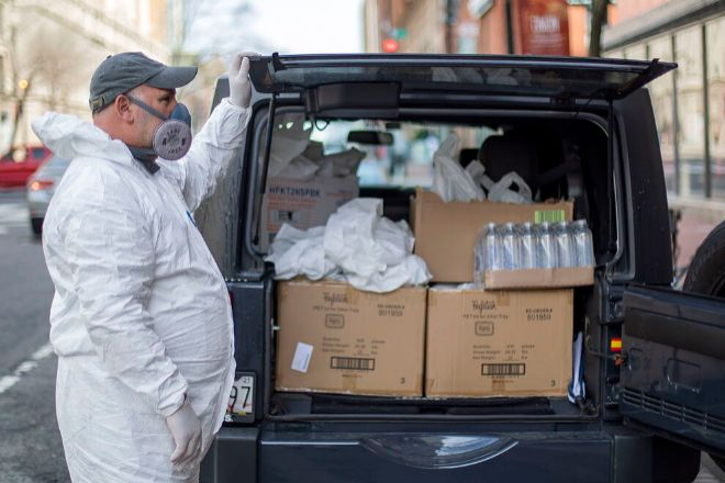 El chef José Andrés repartiendo comida durante la pandemia.