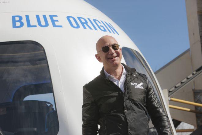 Tras 27 años al frente de Amazon, Jeff Bezos decidió abandonar lacompañía para centrarse en su carrera espacialal mando de la empresa aeroespacial Blue Origin.
