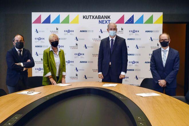 Los presidentes de las patronales vascas, junto al CEO de Kutxabank. De izquierda a derecha, Pascal Gómez (SEA), Carolina Pérez Toledo (Cebek) y Eduardo Junkera (Adegi).