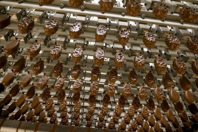 Fabricación de helados de chocolate en la planta de Helados Estiu.