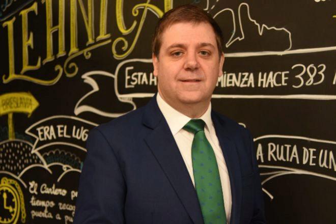 Correos, presidida por Juan Manuel Serrano, lleva desde hace tres años desarrollando fórmulas para aprovechar su extensa red de oficinas para diversificar el negocio. Ya ha cerrado acuerdos con entidades bancarias, energéticas o de 'telecos'.