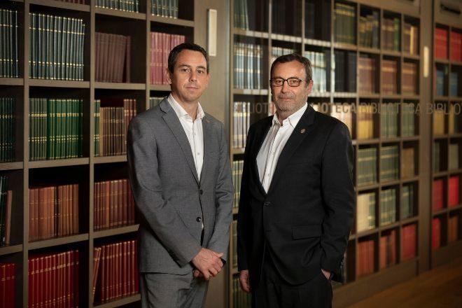 Los consejeros delegados del laboratorio, Víctor Grifols Deu y Raimon Grifols Roura, en las oficinas de la compañía.