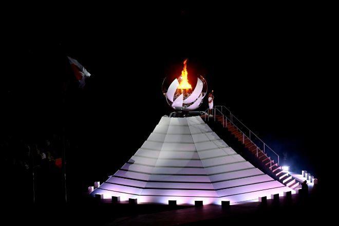 La llama olímpica arde en el pebetero que simboliza el Sol sobre el Monte Fuji. La tenista japonesa Naomi Osaka fue la encargada de encenderlo.