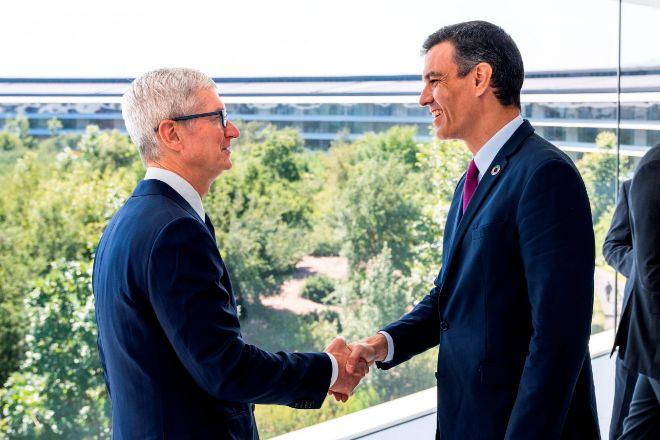 El Presidente del Gobierno,Pedro Sánchez,  y el director ejecutivo de Apple, Tim Cook, durante la reunión que han tenido hoy viernes en el Apple Park en Cupertino, California.