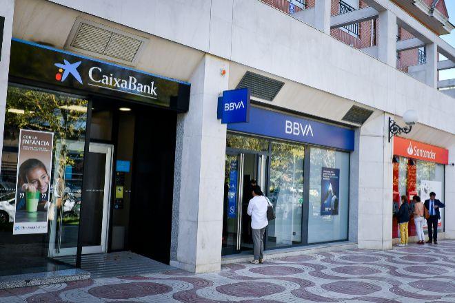 Varias oficinas bancarias en una calle de Madrid.