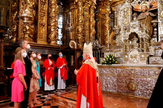 Los reyes, Felipe VI (2i) y Letizia (3i), acompañadas por sus hijas Leonor (i), princesa de Asturias, y la infanta Sofía (4i), presiden la ofrenda al Apóstol Santiago, una ceremonia instaurada en 1643.
