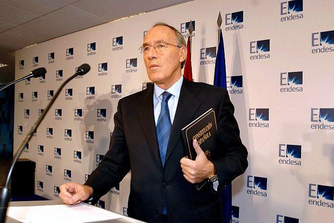 Manuel Pizarro, expresidente de Endesa, exhibe la Constitución española en una rueda de prensa en la que criticó la opa de Gas Natural.