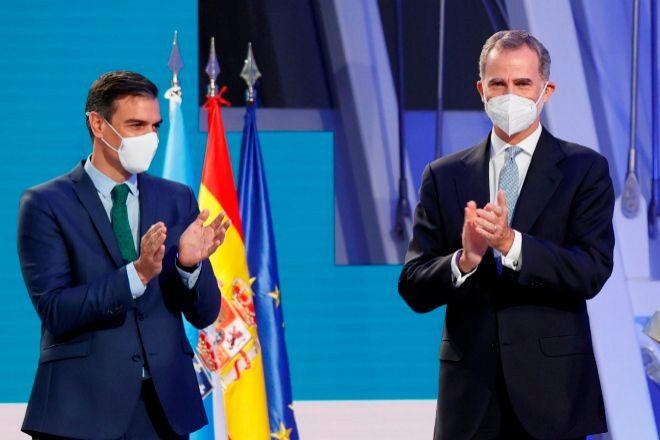 El Presidente del Gobierno, Pedro Sánchez (i) y el rey Felipe VI durante la ceremonia de entrega de la Medalla de Galicia este domingo en Santiago de Compostela.