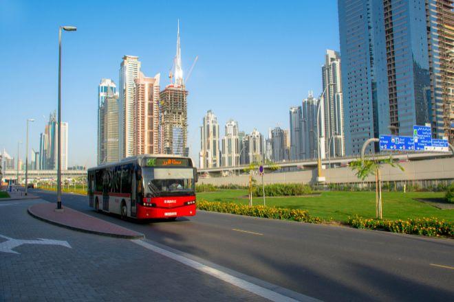 Uno de los autobuses que presta el servicio urbano en Dubái.