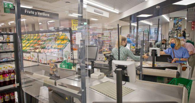 Los supermercados de Mercadona cuentan con mamparas protectoras en las líneas de caja.