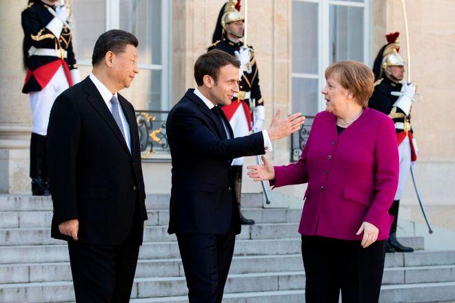 El presidente de China, Xi Jinping;el presidente de Francia, Emmanuel Macron; y la canciller alemana, Angela Merkel, en el Palacio del Elíseo (París), en marzo de 2019.
