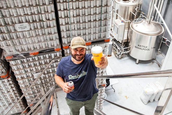 """Roman Jove ofrece """"tours"""" por la fábrica de su Cervecera Península, en la que se pueden ver los grandes fermentadores que usa."""