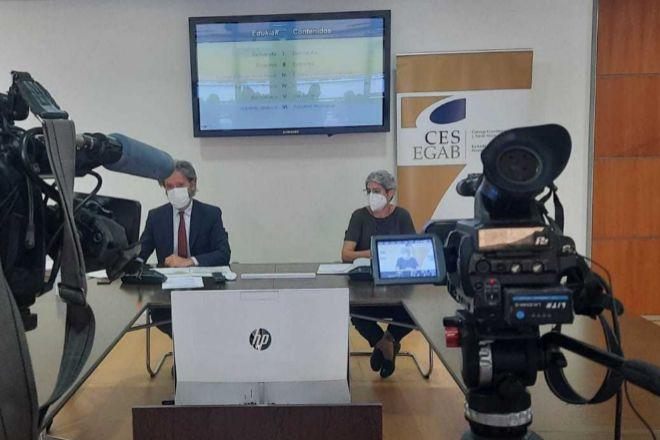 La presidenta del CES vasco, Emilia Málaga, junto al responsable del equipo que ha elaborado la memoria, Jon Barrutia.