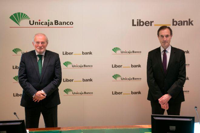 Manuel Azuaga, presidente de Unicaja, y Manuel Menéndez, consejero delegado de Liberbank.