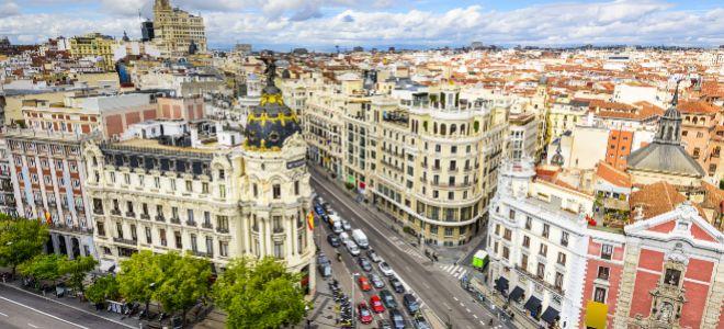 Vista aérea de la Gran Vía de Madrid con el emblemático edificio Metrópoli.