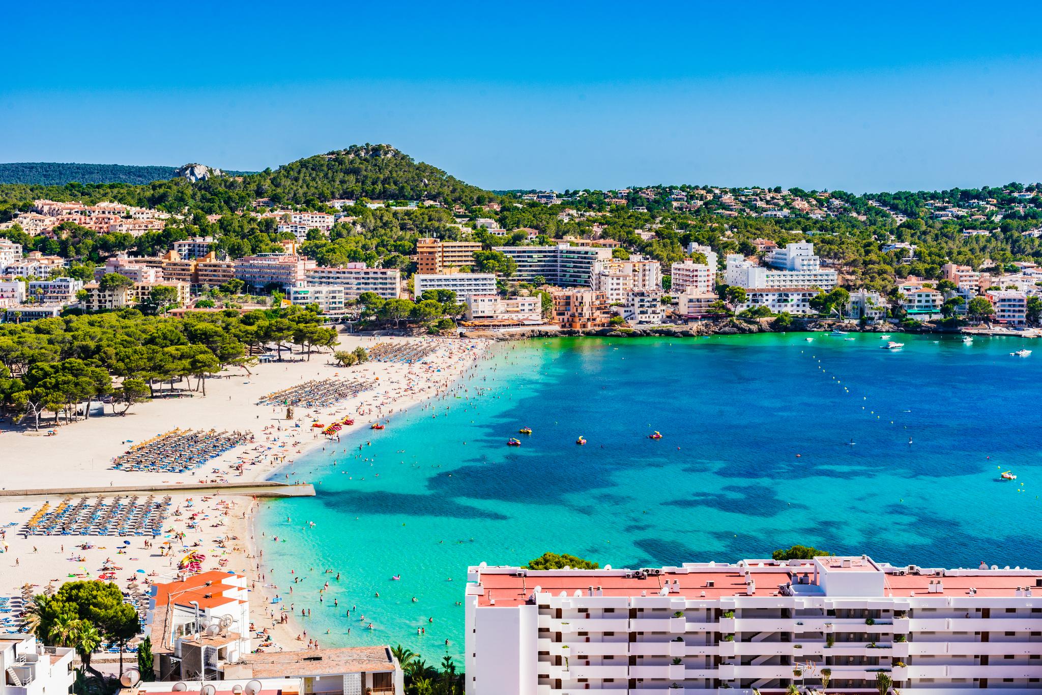 Sand beach in Santa Ponsa, seaside on lt;HIT gt;Mallorca lt;/HIT gt; island, Spain Mediterranean Sea. HOTELES Y APARTAMENTOS TURISTICOS EN LA PLAYA DE ASNTA PONSA, EN lt;HIT gt;MALLORCA lt;/HIT gt;