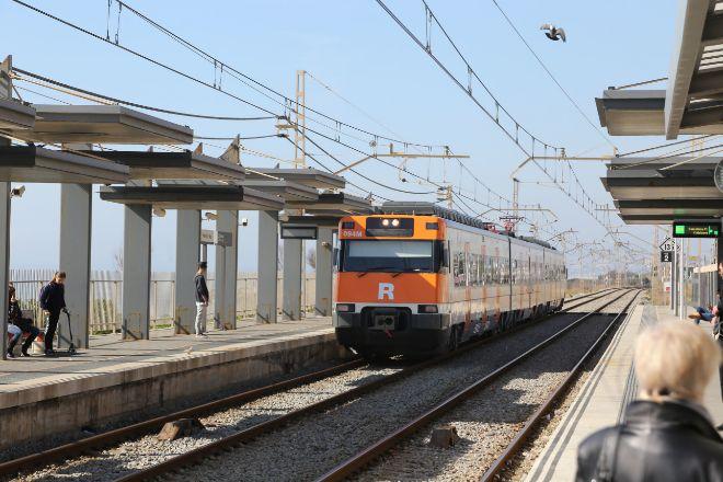 Un tren de cercanías en la estación de Premià de Mar (Barcelona).