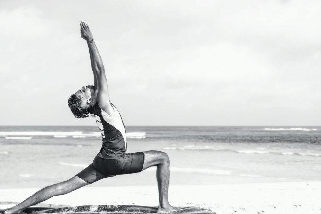 Realizar estiramientos es muy importante y la práctica de yoga en la playa es una experiencia más que recomendable.