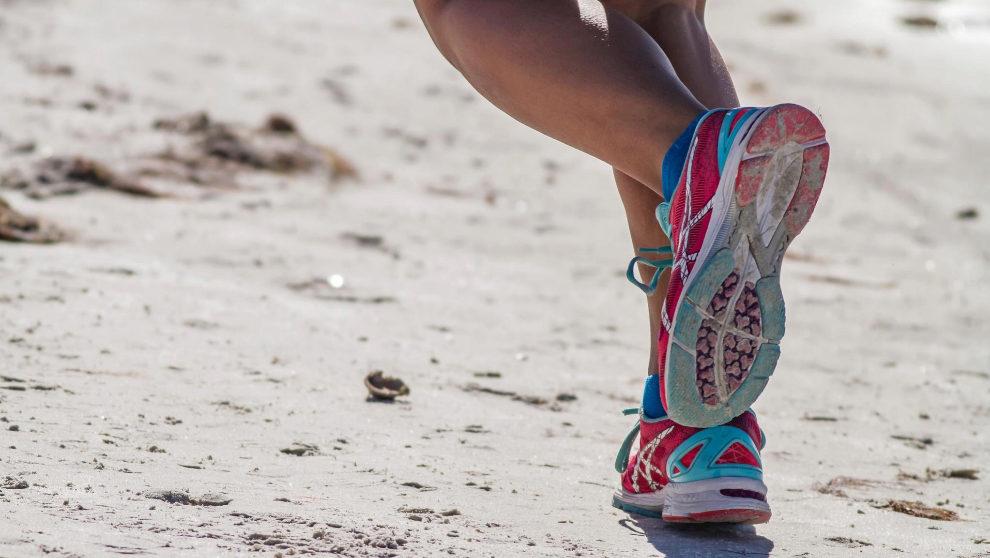 Correr en la playa de forma moderada tiene muchos beneficios para la...