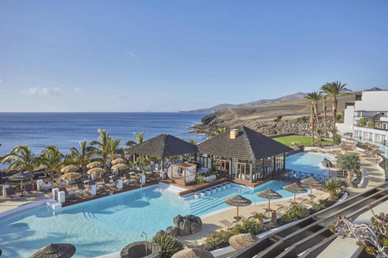 Secrets Lanzarote Resort & Spa es un cinco estrellas <em>adults only</em> que lleva operando bajo esta marca de Apple Leisure Group y Grupo Hesperia desde el pasado enero de 2020. Ubicado en el núcleo turístico de Puerto Calero, en primera línea de mar y con seis piscinas exteriores climatizadas, ofrece 335 habitaciones, gastronomía ilimitada, bebidas <em>premium</em> y experiencias deportivas y de bienestar.