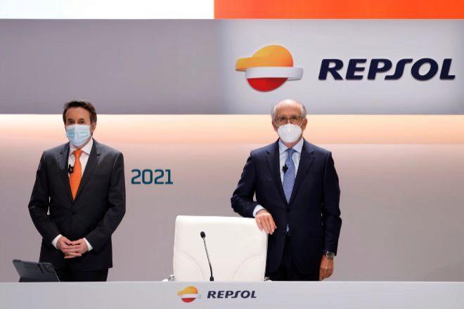 Josu Jon Imaz (a la izquierda), es el consejero delegado de Repsol, y Antonio Brufau, su presidente.