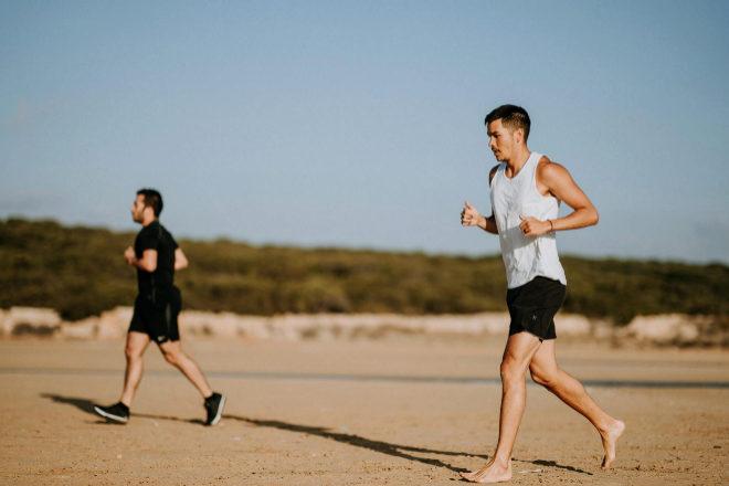 Correr descalzo en la playa implica riesgo de lesión si no se posee una musculatura bien desarrollada.
