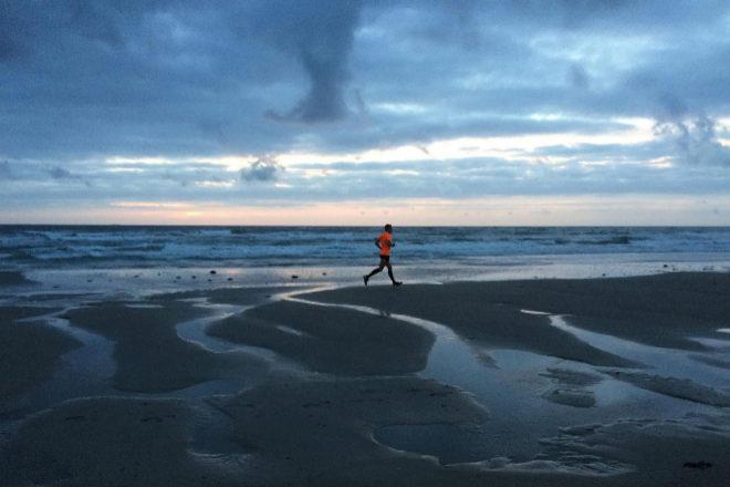 Correr al aire libre, y especialmente en la playa, permite despejar la mente y beneficiarse de la activación muscular que provoca el suelo no uniforme.