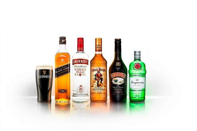 Botellas de marcas fabricadas por Diageo.