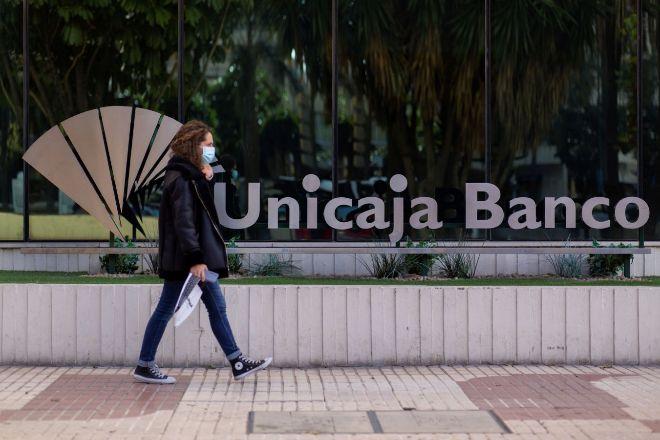 La nueva Unicaja planea cerrar unas 300 sucursales, el 20% de la red combinada.