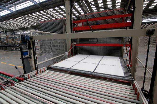 Línea de producción en una fábrica de azulejos.