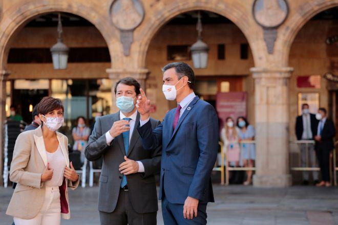La ministra de Política Territorial y portavoz del Gobierno, Isabel Rodríguez García; el presidente de la Junta de Castilla y León, Alfonso Fernández Mañueco; y el presidente del Gobierno, Pedro Sánchez, conversan a su llegada a la Plaza Mayor de Salamanca para celebrar la XXIV Conferencia de Presidentes.