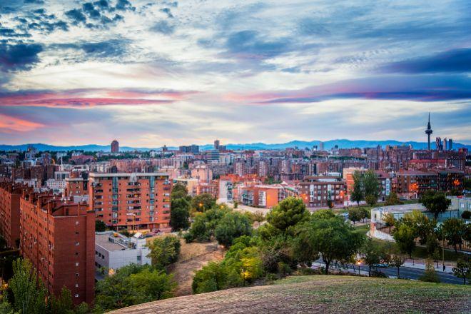 Muchos dejan sus viviendas en el centro de Madrid o de Barcelona para buscar oportunidades en los municipios colindantes.