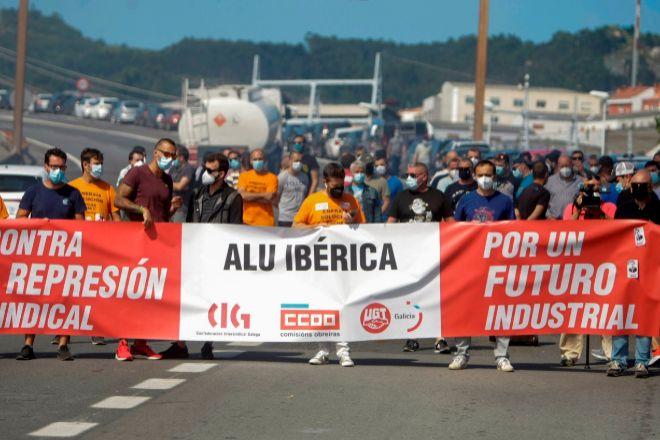 """Trabajadores de Alu Ibérica A Coruña se concentraron este jueves ante la planta de aluminio a para exigir """"acciones concretas""""."""