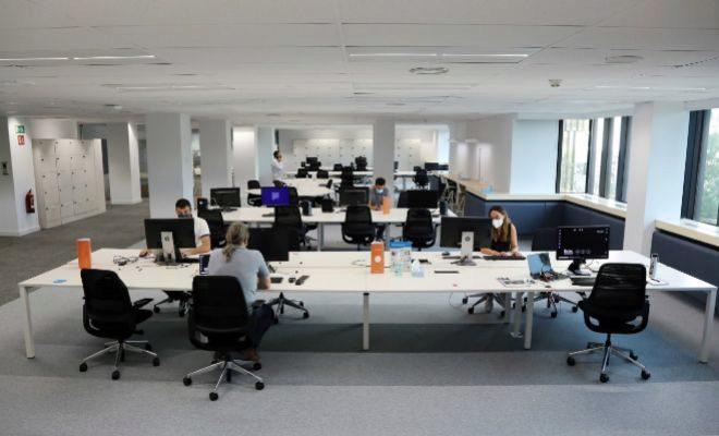 Sus empleados corporativos están organizados en dos turnos. Una semana teletrabajan al 100% y la otra van un máximo de dos días a las oficinas.