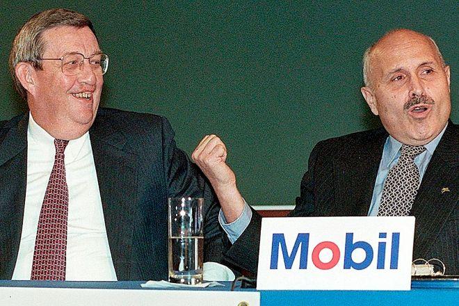 Lee Raymond y Lucio Noto, presidentes ejecutivos de Exxon y Mobil, al anunciar la fusión de sus compañías en diciembre de 1998.