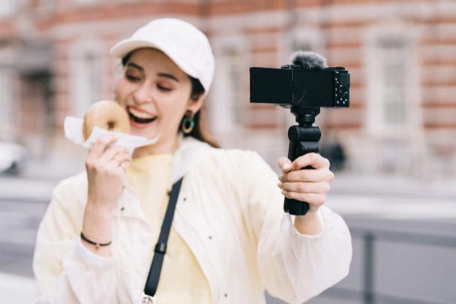 La cámara Sony ZV-E10 se ha creado pensando en este tipo de usuarios que necesitan grabarse a sí mismos.