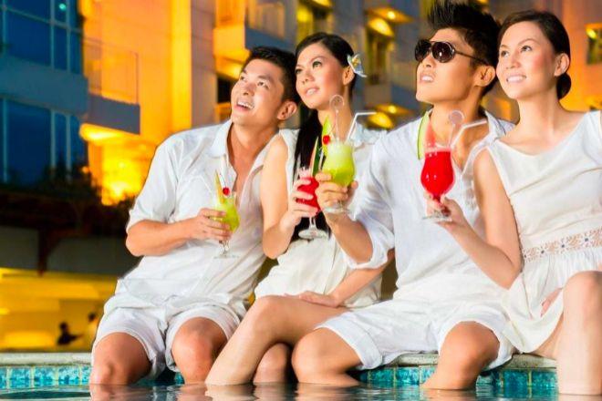 Jóvenes chinos tomando un cocktail.